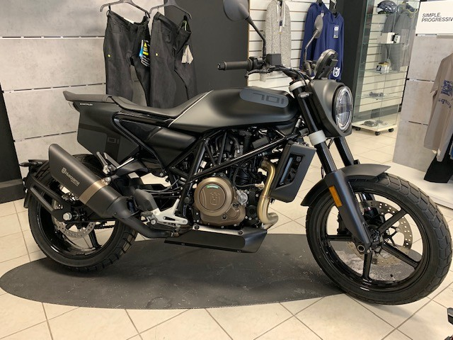 location moto Hyeres Husqvarna Svartpilen 701 1