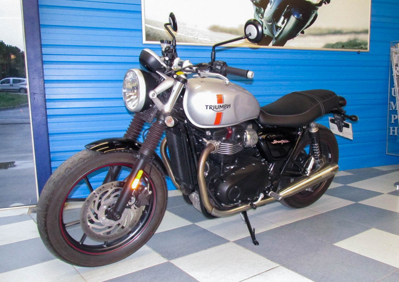 Location moto Montpellier Triumph Street Twin 900 1