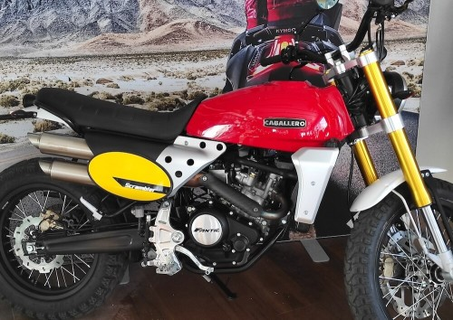 location moto royan Honda CB125R 2