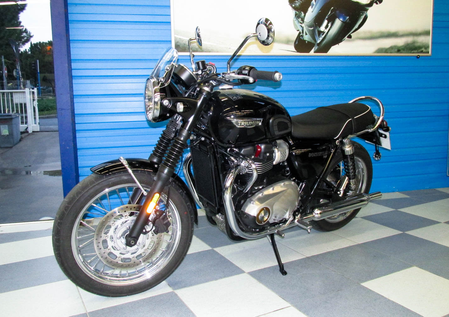 rent triumph bonneville t100 montpellier easy renter. Black Bedroom Furniture Sets. Home Design Ideas